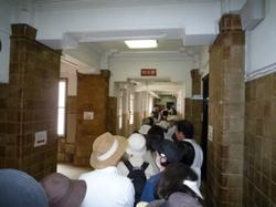 知事室への行列